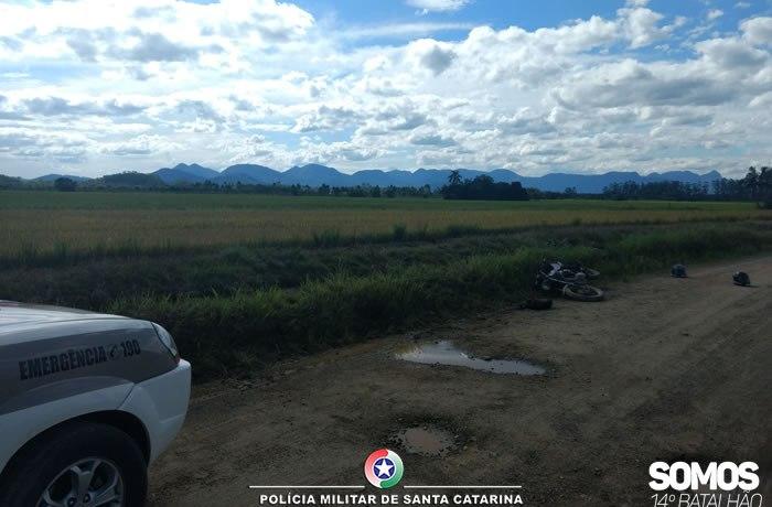 Criminosos caem de moto e confessam que iriam assaltar em Guaramirim