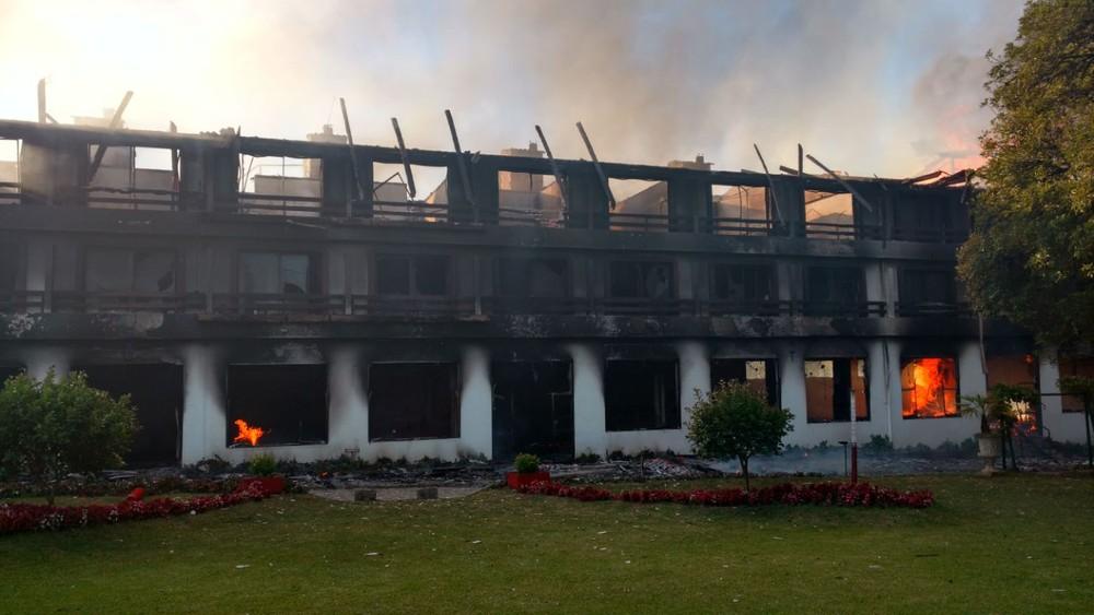 Incêndio destrói hotel em Fraiburgo na noite desta terça-feira (6) (Foto: Rádio Fraiburgo/Divulgação)