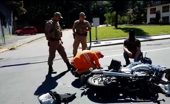 Condutor de moto fica gravemente ferido em acidente em Jaraguá do Sul