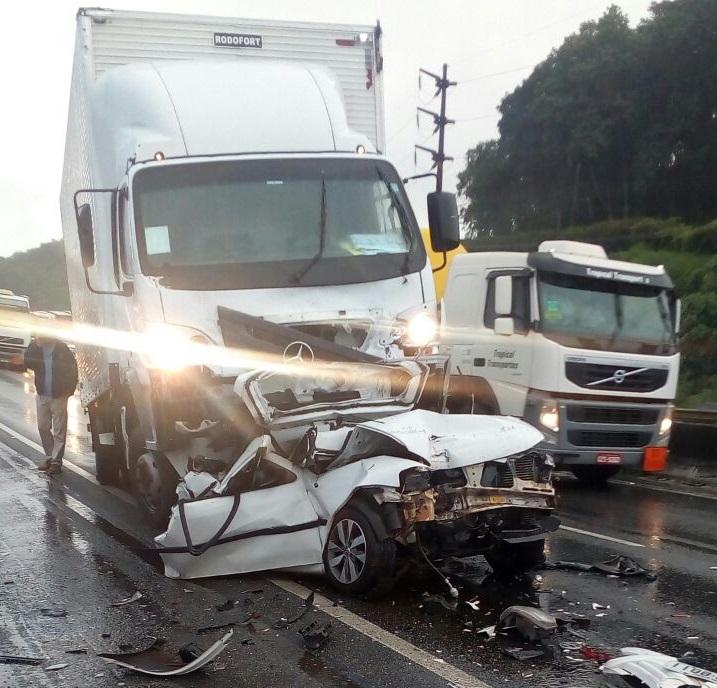 Dois caminhões e um carro se envolveram na colisão l Foto Divulgação