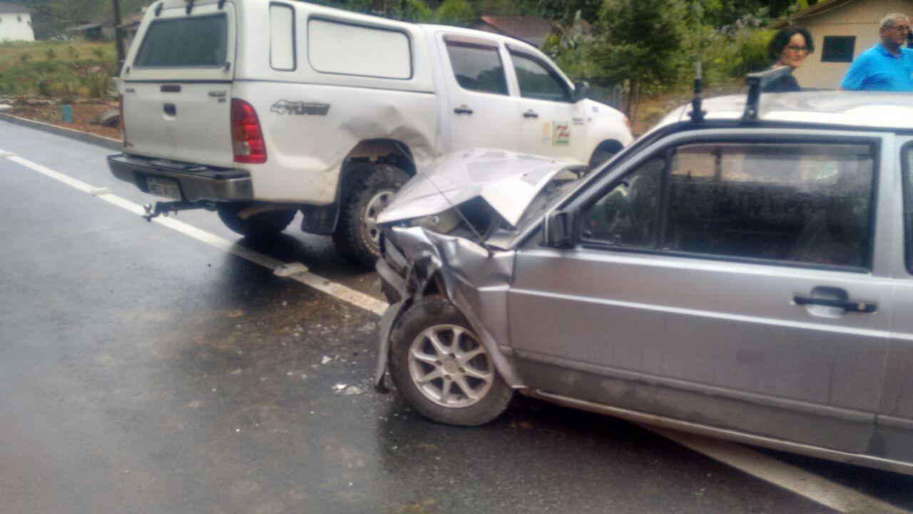 Dois carros bateram na rua Rio de Janeiro l Foto: BVS/Divulgação