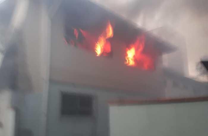 Prédio abandonado pela prefeitura é alvo de incêndio em Jaraguá do Sul