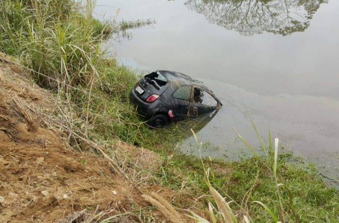 Homem é achado morto após queda de veículo em rio em Itajaí
