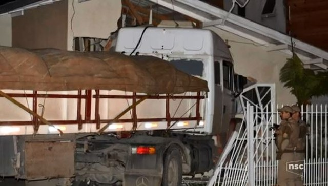 Caminhão invade e destrói quarto e quintal de casa em SC