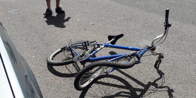 Carro atinge bicicleta em Jaraguá do Sul