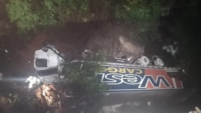 Caminhoneira morre após cair de ribanceira, na rodovia que liga SC ao PR