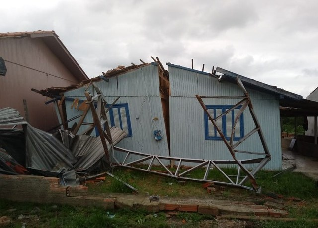 Vendaval provoca uma morte e destelhamentos em Santa Catarina