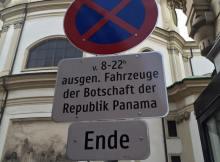 Ein Parkverbot, ausgenommen Fahrzeuge der Botschaft der Republik Panama