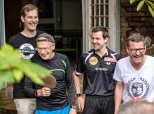 Jochen Markett, Günter Wallraff, Timo Boll und Kai Diekmann in bester Laune vor dem Titanentischtennis-Duell des Jahres (c) Andi Weiland | www.realsatire.de