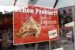 """Eine Werbetafel beim Bäcker zeigt eine Laugenecke und fragt: """"Schon probiert?"""""""
