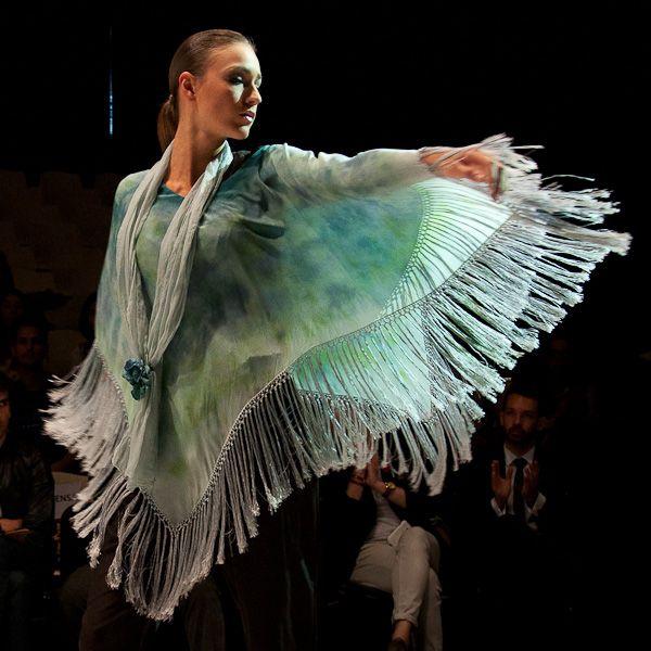 El movimiento de las telas se ve bellamente magnificado por los bordes de flecos
