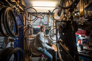 Sykkelreparatør Christopher Wedø har åpnet verksted i Klinkenberggaten, med spesialitet på danske bysykler.