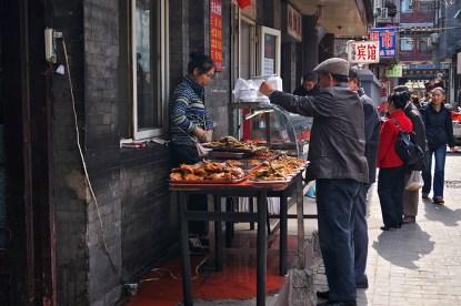 W bocznych uliczkach można znaleźć garkuchnie-perełki, serwujące pyszności.