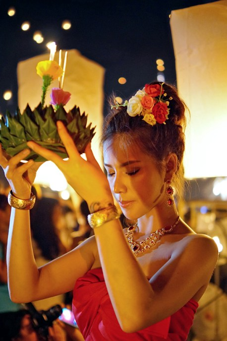 Yee Peng towarzyszy festiwalowi Loy Krathong, nie zabrakło zatem również tradycyjnych krathongów (czyli wianków)