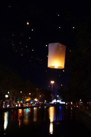 Ilość lampionó wypuszczanych w centrum miasta nie była nawet porównywalna z tą w Mae Jo.