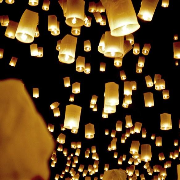 ...razem z tysiącami pozostałych lampionów...