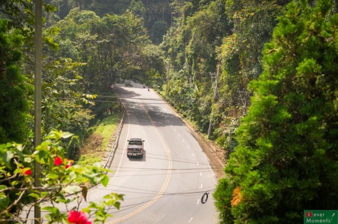 Dojazd do Ban Kun Chang Kian jest łatwy, a droga na dłuższym odcinku-asfaltowa i szeroka...