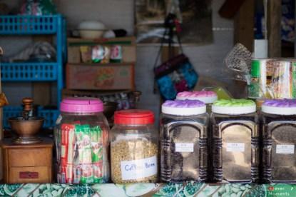 Na miejscu można napić się kawy, ale też kupić paczuszkę ziaren na później.