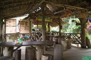 """Przed samą wioską trafiliśmy na """"kawiarnię"""" zorganizowaną na tarsie prywatnego domu."""