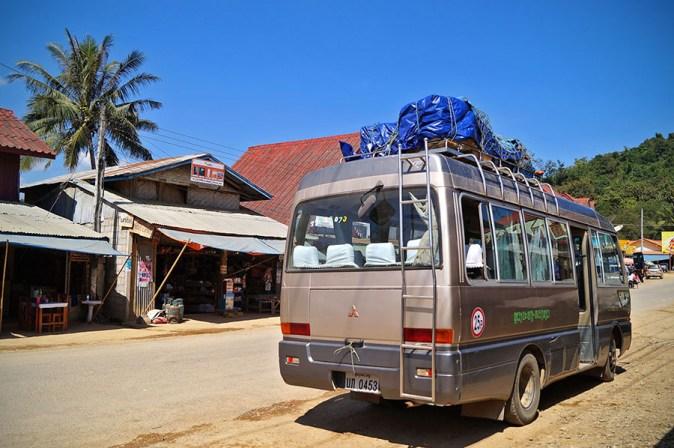 Nasz bagaż na dachu busa, a zamaist klimatyzacji- otwarte okna :)