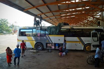 W większych autobusach bagaż też ląduje na dachu, szczególnie jeśli to skuter czy motor.