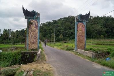 Brama wjazdowa do miasteczka po drodze
