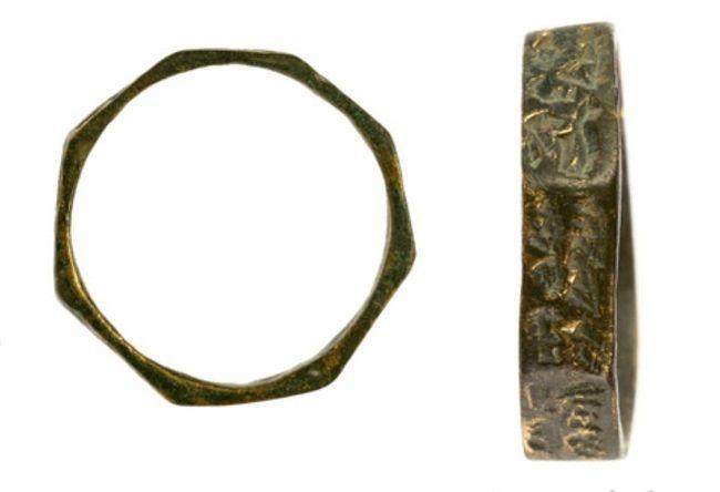 Anillos de bronce descubiertos en el yacimiento.