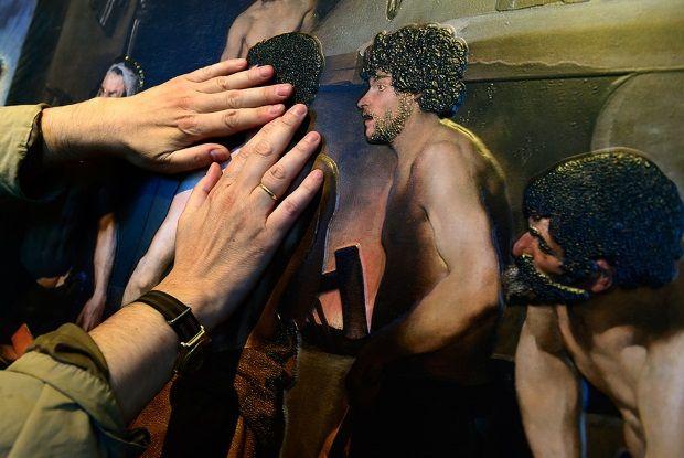 """El Museo del Prado ofrece una exposición para invidentes con réplicas de algunas de sus mejores obras que permiten ser tocadas. En este caso, """"La Fragua de Vulcano""""."""