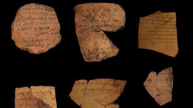 Restos de inscripciones hebreas del año 586 a.C. Crédito: Universidad de Tel Aviv.