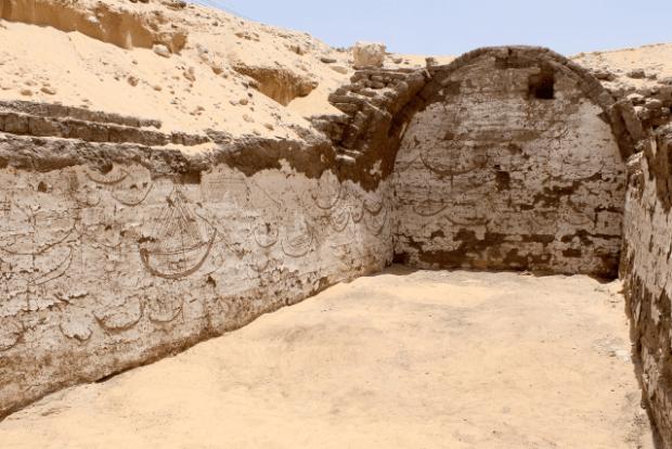 Barco funerario faraónico encontrado en Abydos con dibujos de barcos. Crédito: Penn Museum.