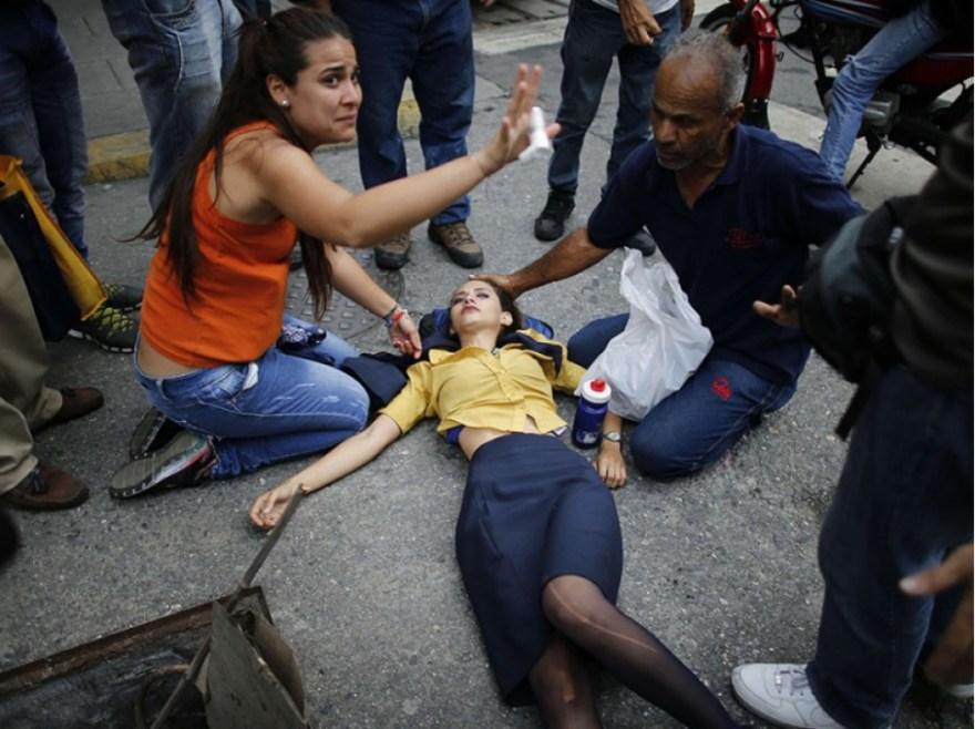 Une personne est à terre après avoir été blessée lors de la manifestation contre Nicolas Maduro à Caracas, au Venezuela, le 20 avril.