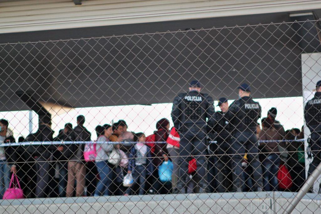 Bahngleis mit ankommenden Refugees und Polizei
