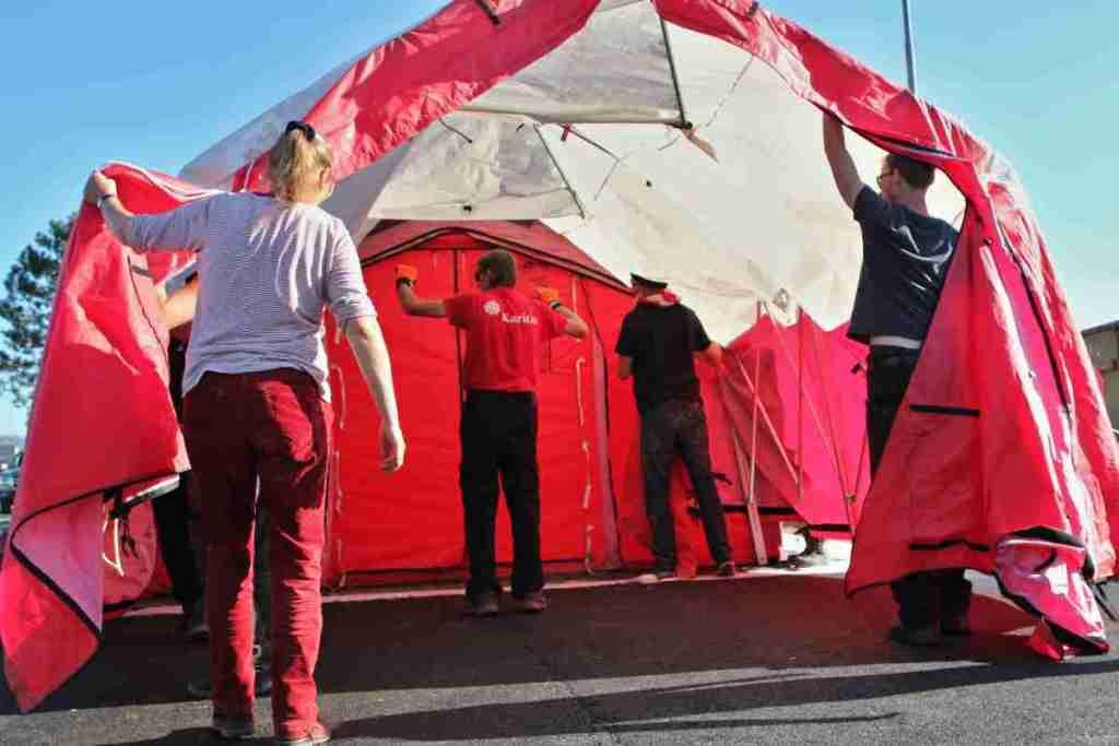 Unterstützung beim Aufbau des Erste-Hilfe-Zeltes
