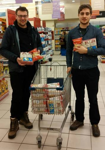 Fritz und David beim Essenseinkauf Dank eurer Spenden