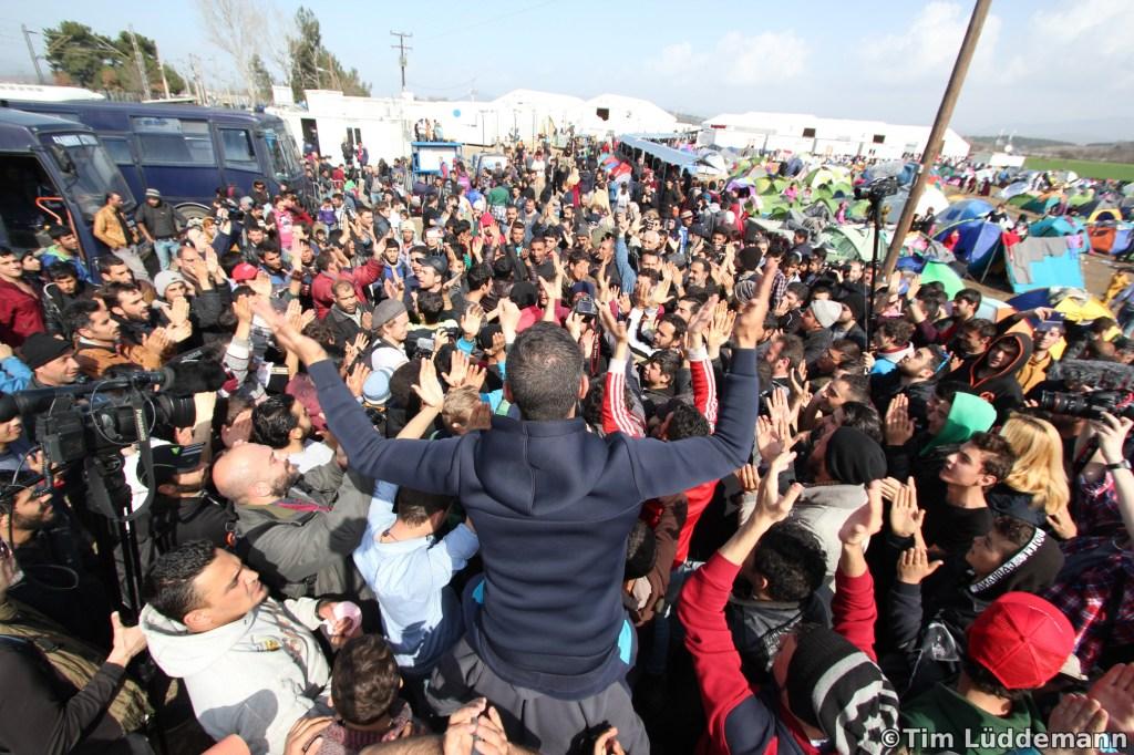 Wartende Menschen protestieren und fordern ein Öffnen der Grenze