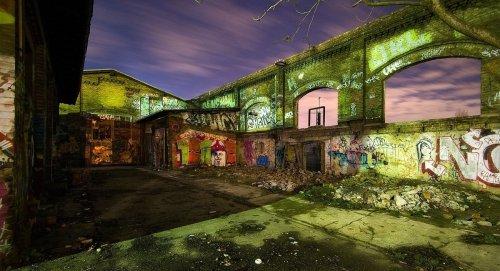 Ein graffitiverzierter Teil des ehemaligen Reichsbahn Ausbesserungswerkes (RAW) in Friedrichshain bei Nacht