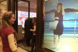 Mit der virtuellen Frau im Schaufenster können die vorbei kommenden Passanten mit Handbewegungen kommunizieren