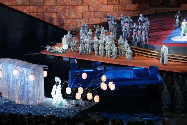 Auftritt der Prinzessin Turandot: der Mann, der sie erobern will, muss zunächst drei Rätsel lösen