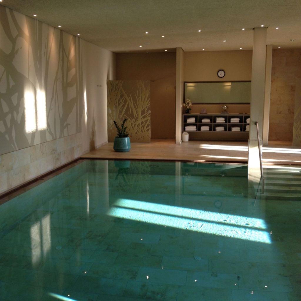 Jeden Morgen habt ihr hier die Qual der Wahl: einen Sprung in den Bodensee oder in den hoteleigenen Pool