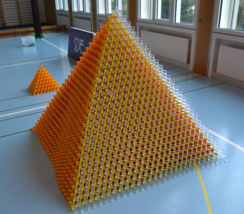 schweizer bauen weltgr sste domino pyramide rekord institut f r deutschland. Black Bedroom Furniture Sets. Home Design Ideas