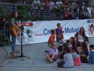 Des jeunes fans à quelques pas de la jeune artiste