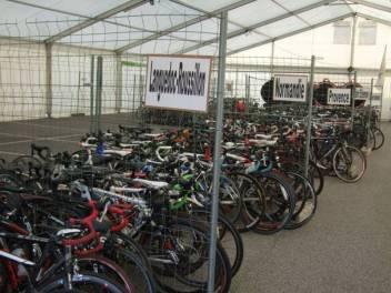 Les vélos des équipes parkés sous un vste chapiteau gardé