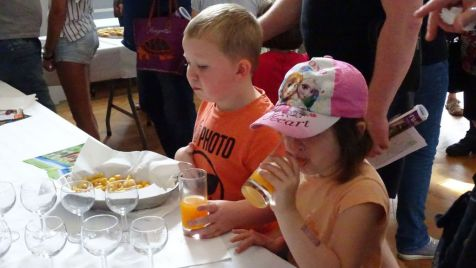 07 les enfants apprecient le buffet