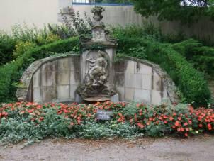 La fontaine d'Amphritite, telle que l'on peut la voir dans le parc arboré du musée