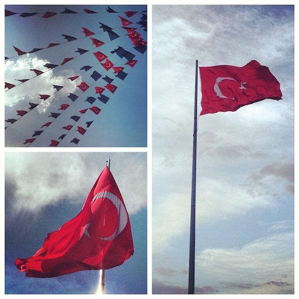 Флаги рядом с парком Таксим-Гези, Стамбул