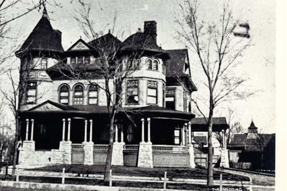 The Cross House. Thrillingly, to the right is the one-story wing of the carriage house. It is topped by a large cupola/ventilator.