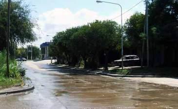 En el Día Mundial del Agua, un río recorre parte de la ciudad