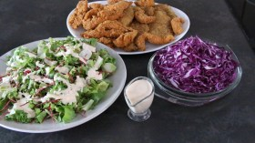 gujoane si snitele picante cu salata si dressing