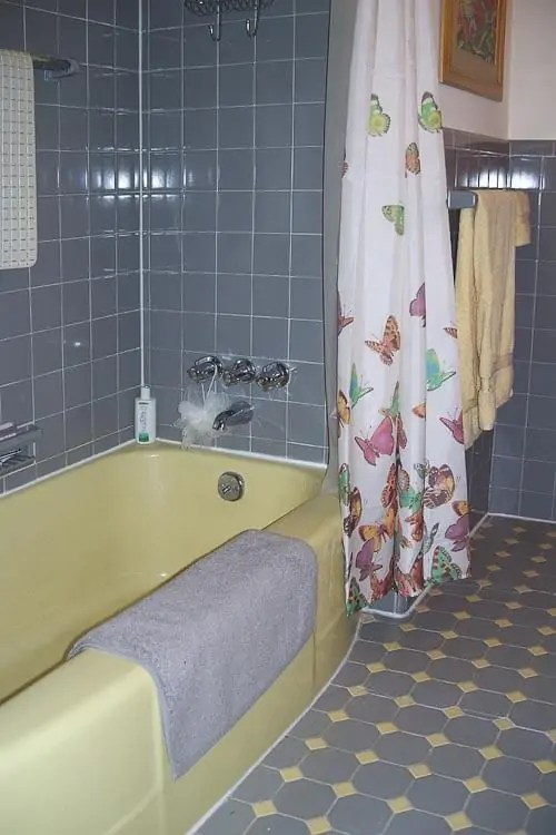 Roberta 39 S Gray And Yellow Bathroom Fixit World Of Tile To The Rescue Retro Renovation