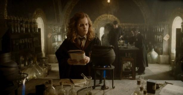 """Hermione Granger a tentar decifrar o porquê da sua poção não estar a correr exatamente como esperado segundo o livro... Como Harry teve o prazer de lhe explicar, por vezes, não basta apenas seguir a receita. Há que """"inventar""""."""